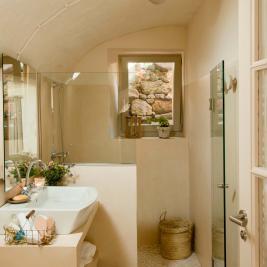 Salle de bain complète dans les chambres de Arkhé Hotel Boutique