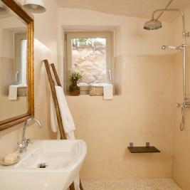 Salle de bain avec des équipements écologiques à Arkhé Hotel Boutique